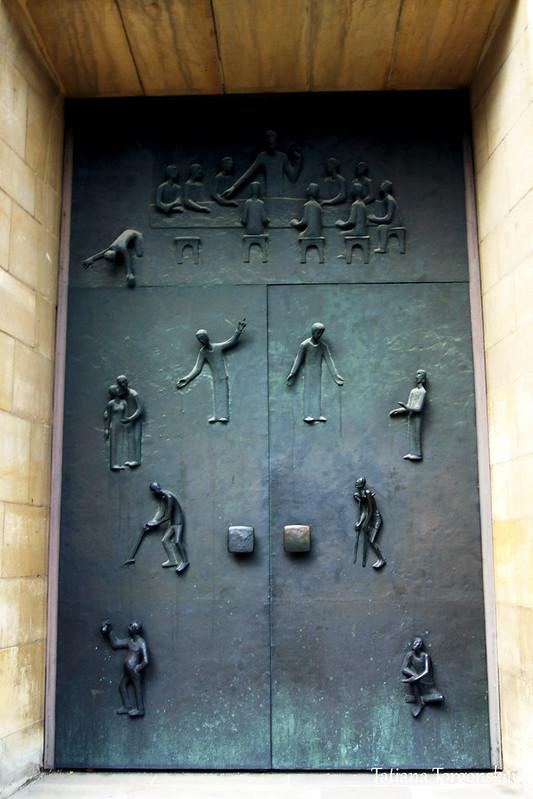 Двери университетской церкви