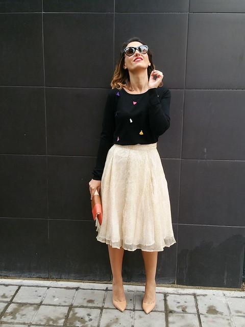 faldas midi, beige, gasa, jersey negro, pompones de colores, stilettos maquillaje, clutch, midi skirts, chiffon beige skirt, black sweater, coloured pompoms, makeup stilettos, Mulaya, Mango, Zara, Prada, Suiteblanco