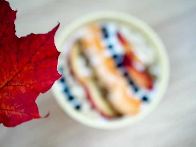 PA096501weekend.jpg, autumn, fall, syksy, vuodenaika, season, food, ruoka, ideas, vinkit, tips, syksy kulho, syksyinen kulho, syksyinen smoothie bowl, autumn bowl, fall bowl, colorful, tasty, värikäs, maukas, autumn days, syys päivät, rahka, quark, koristelu, decoration, vaahteranlehti, maple leaf,  blueberries, apple, mustikka, omena, mulperi marja, mulberry berry,