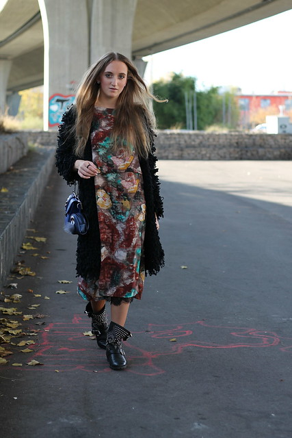colorful-dress-and-studded-boots-whole-look-walking-wiebkembg