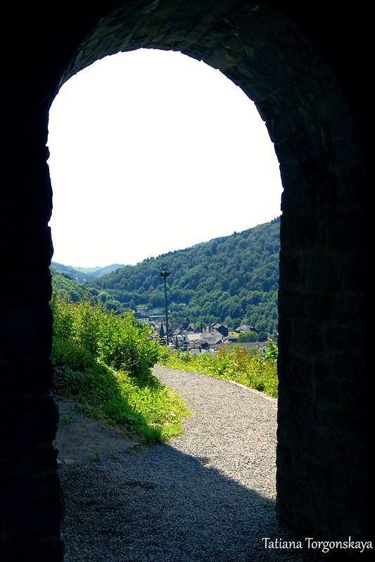 Пейзаж через арку
