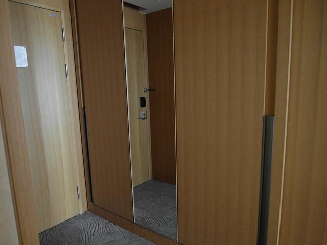 玄關旁的大衣櫃@台中日月千禧酒店