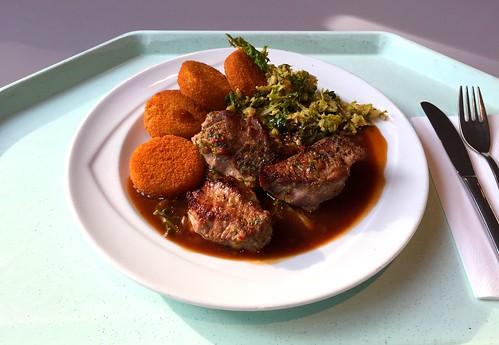 Venison steak with red wine sauce, savoy & Macaire potatoes / Hirschrückensteak mit Rotweinjus, Schmorwirsing & Macairekartoffeln