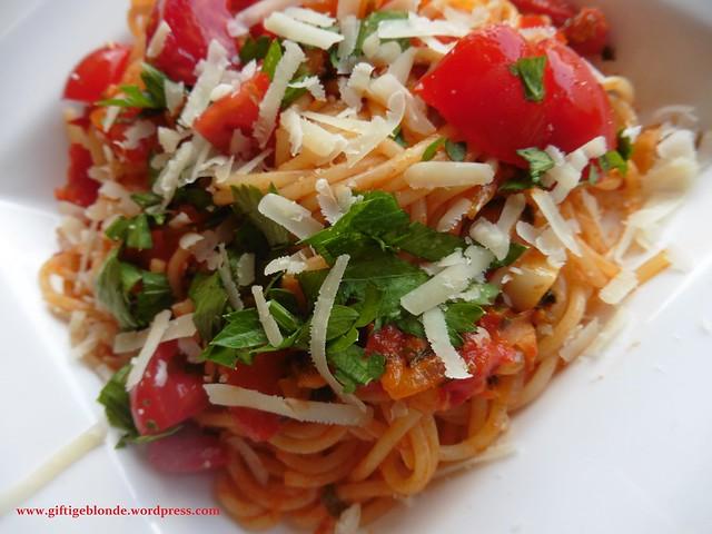 Pasta mit Paradeisern und frischem Stangenzeller (2)