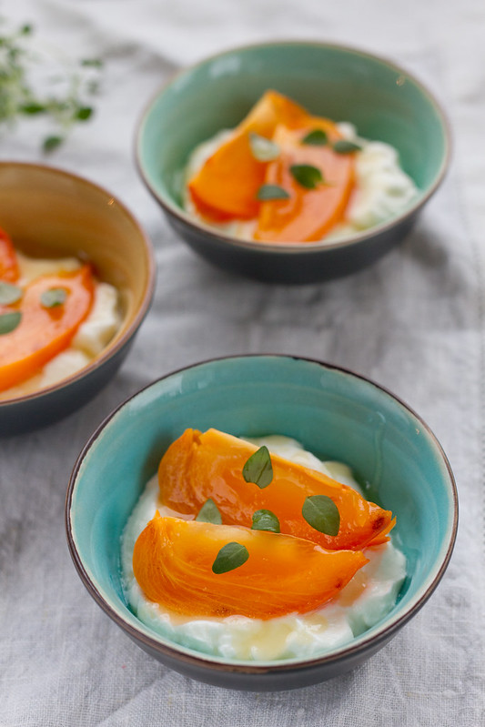 Hurmaa jogurtiga. Persimmon with honeyed yogurt.