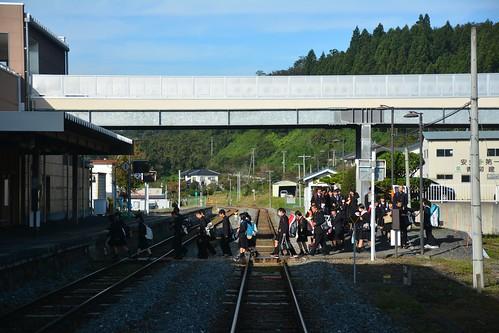 摺沢駅と通学生