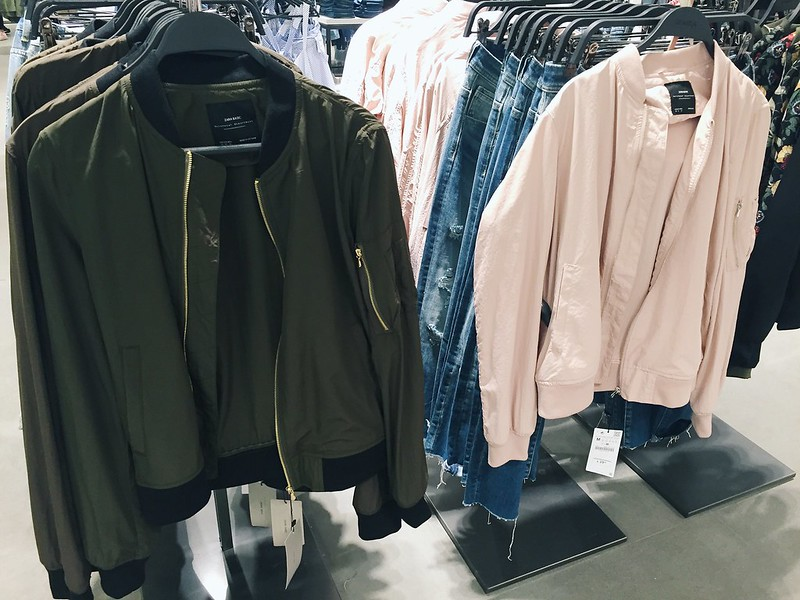 Untitled, zara, ostokset, shopping, midi skirt, pleated midi skirt, hame, valkoinen hame, white skirt, white midi skirt, inspiration, vaatteet, clothes, muoti, clothing store, vaatekauppa, bomber, bomber-takki, bomber jacket, coat, light pink, green, green army, color, light and pastel, pastel color bomber jacket, vaaleanpunainen, zara clothes,