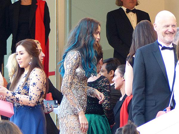 mademoiselle cheveux bleus