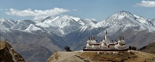 The stupas and the mountains | by Sophie et Fred