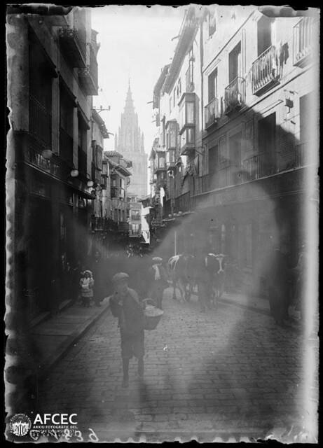 Vacas en la calle ancha de Toledo a comienzos del siglo XX. Autor Desconocido   © Centre Excursionista de Catalunya