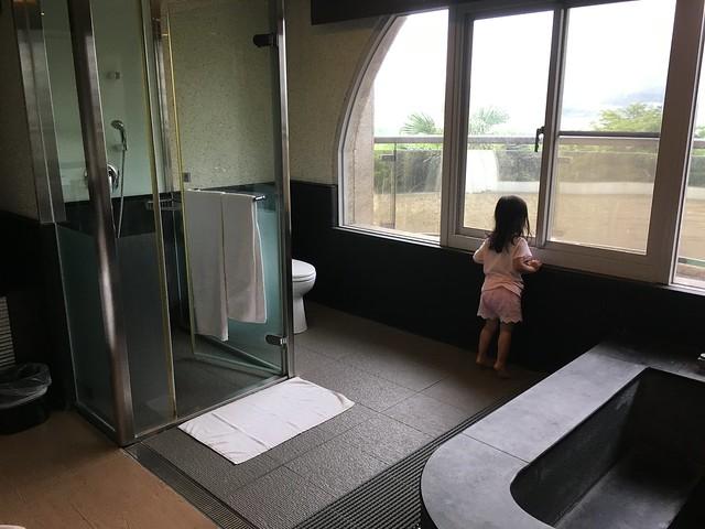 淋浴間和浴池@福容淡水紅樹林湯屋