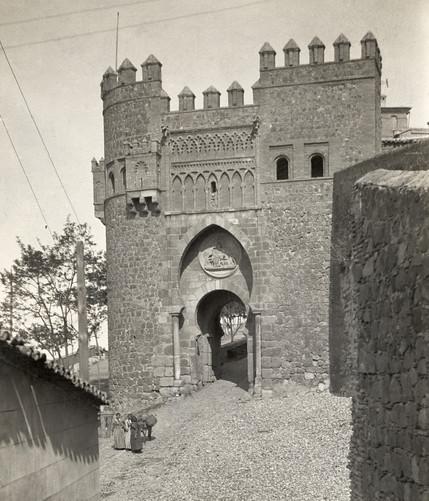 Puerta del Sol en Toledo hacia 1910 por Charles Upson Clark