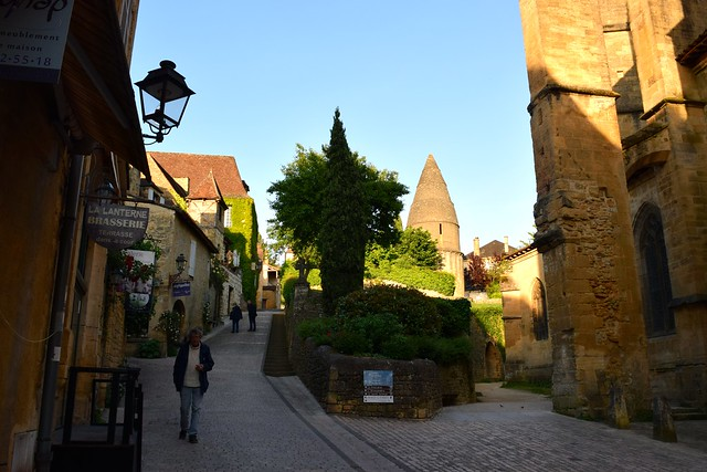 Early evening light in Sarlat | www.rachelphipps.com @rachelphipps