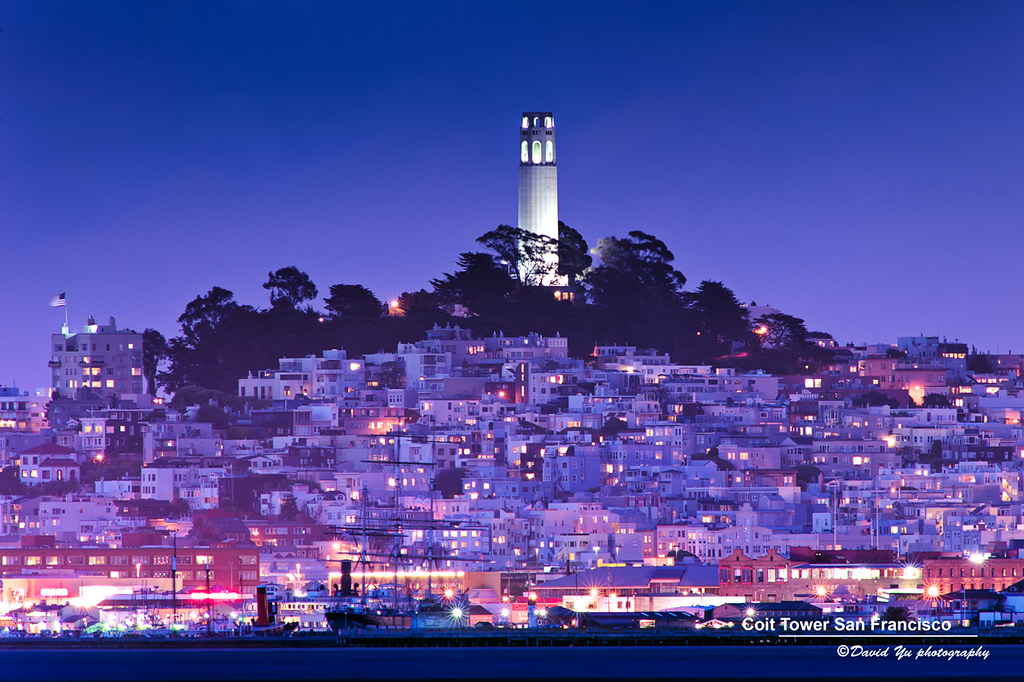 Coit Tower à San Francisco à la tombée de la nuit. Photo de David Yu.