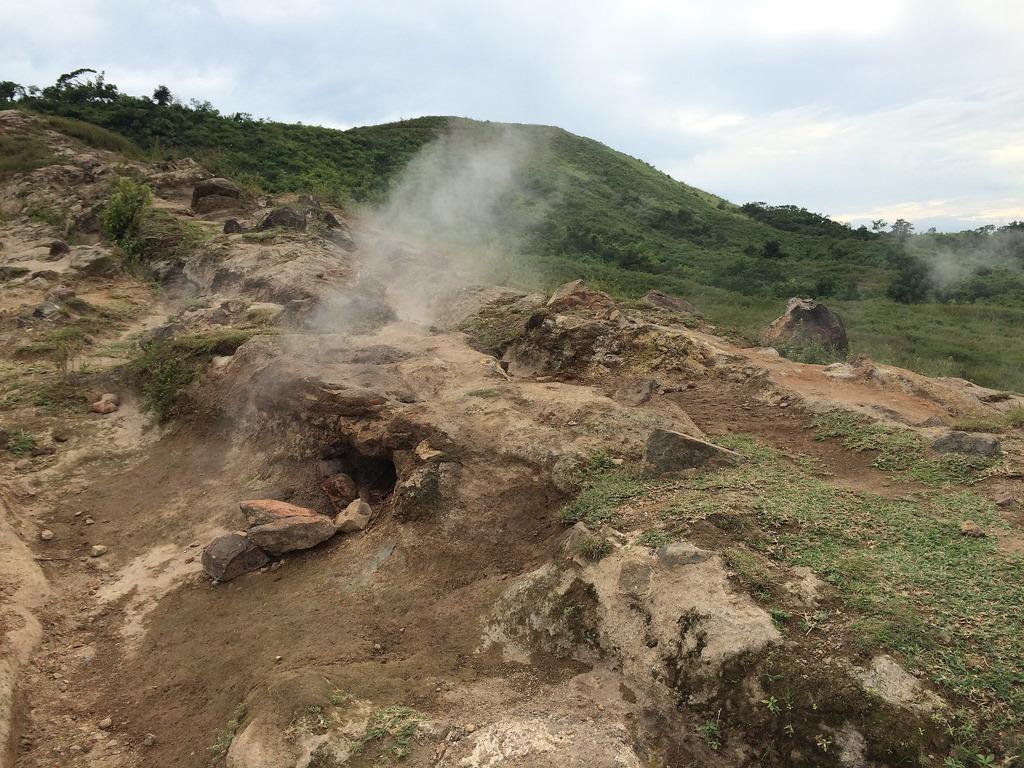 Hot Rocks Taal - Copyright Travelosio