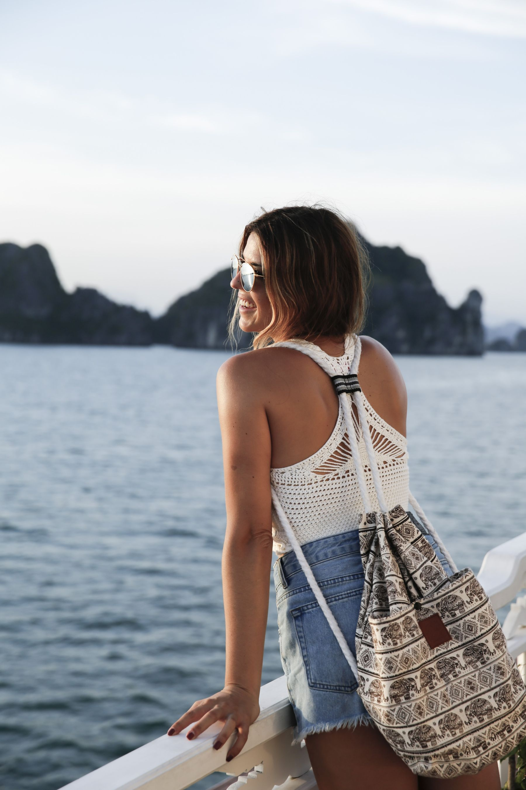 halong bay bahia vietnam excursiones barco trendy taste summer outfit look havaianas shorts denim top crochet pull and bear sunglasses_15