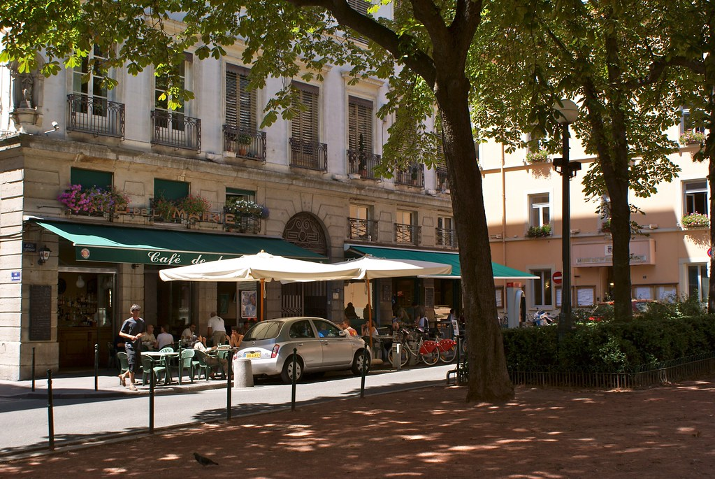 Place Sathonay à Lyon avec le café de la mairie aujourd'hui Amsterdam Pub.
