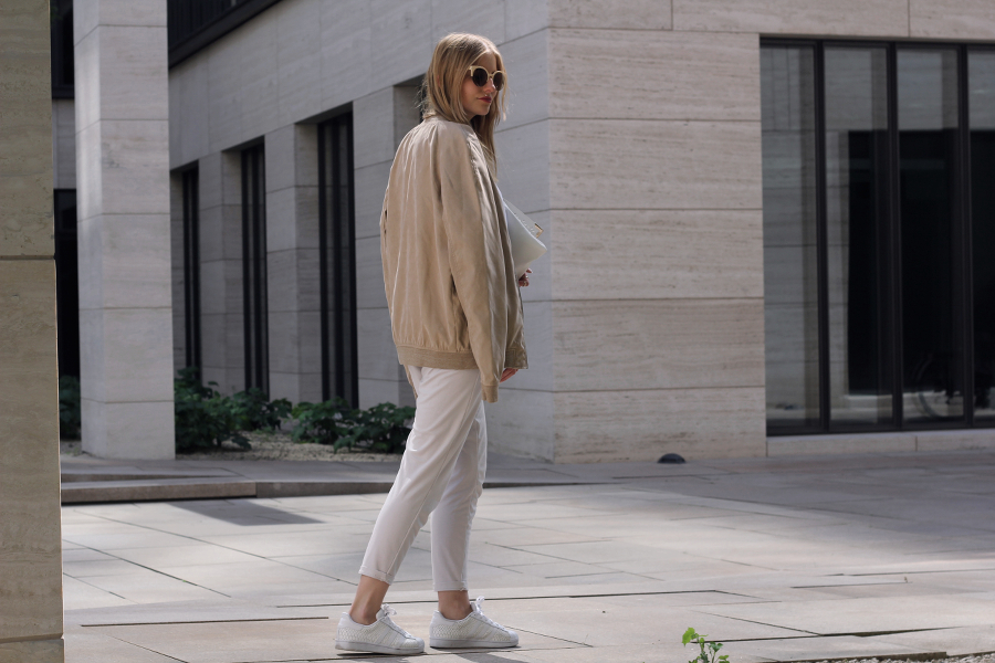 outfit beige weiss bomber jacke karotten hose asos pull and bear