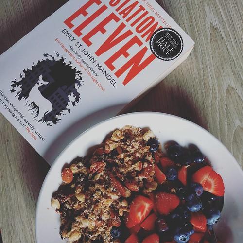 De perfecte zondagnamiddag 👌 #vieruurtje #granola #currentlyeating #currentlyreading
