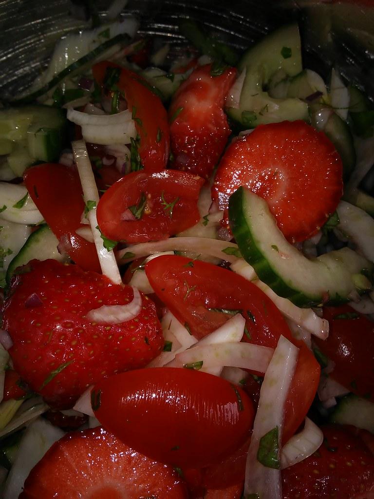 Sommersalat. (Fenchel, Gurke, Erdbeere, Tomate)