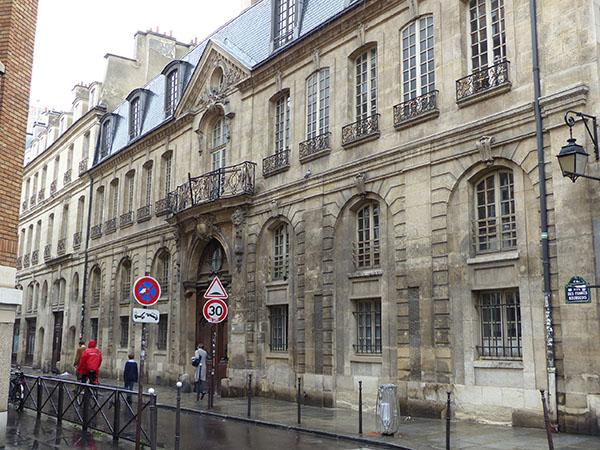 la rue des francs bourgeois sous la pluie