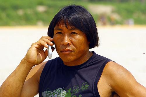 Índio com celular