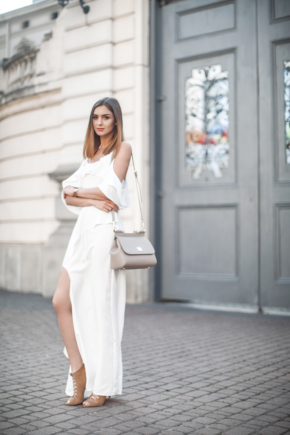 how-to-wear-white-maxi-dress-in-summer-outfit