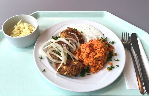 Bifteki mit fresh onions & tomato rice / Bifteki mit frischen Zwiebeln & Djuvec-Reis