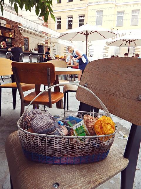 клубки и прочее вязание в плетёной корзинке в кафе | horoshogromko.ru