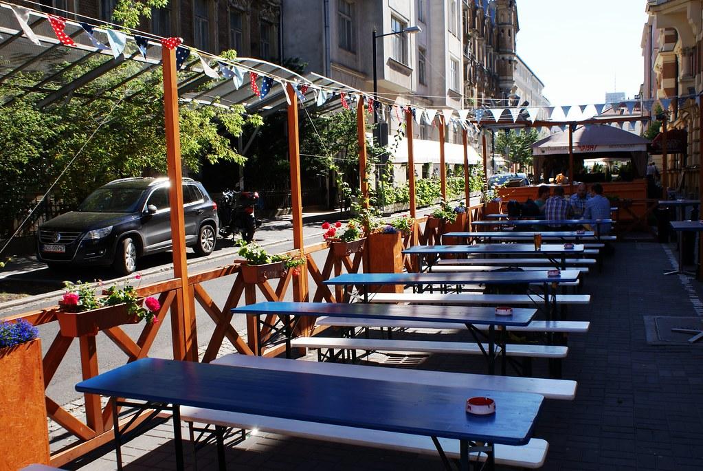 Table en bois  en été du bar à bière Piw Paw à Varsovie.
