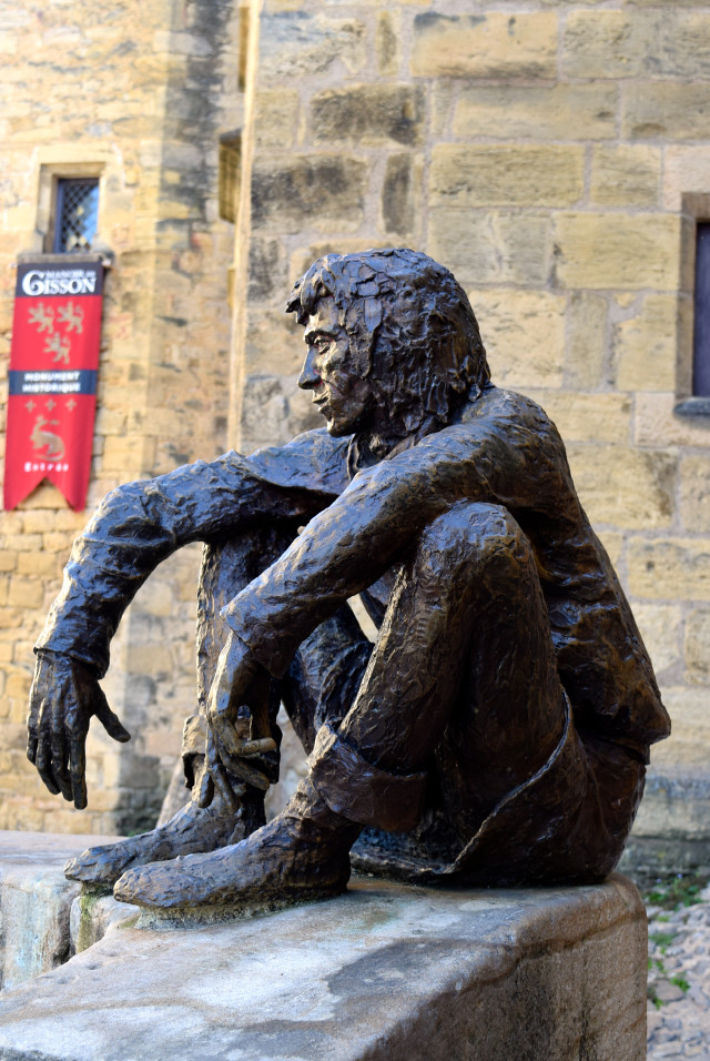 Man with a view sculpture in Sarlat | www.rachelphipps.com @rachelphipps