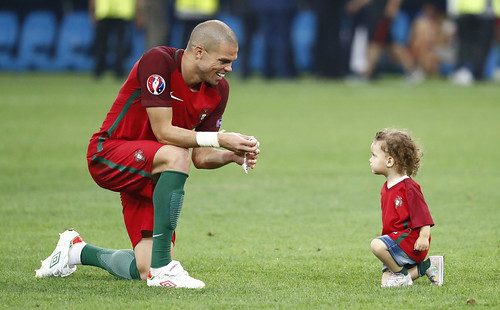 Euro 2016 : children on pitch