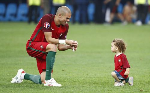 Euro 2016 : children on pitch