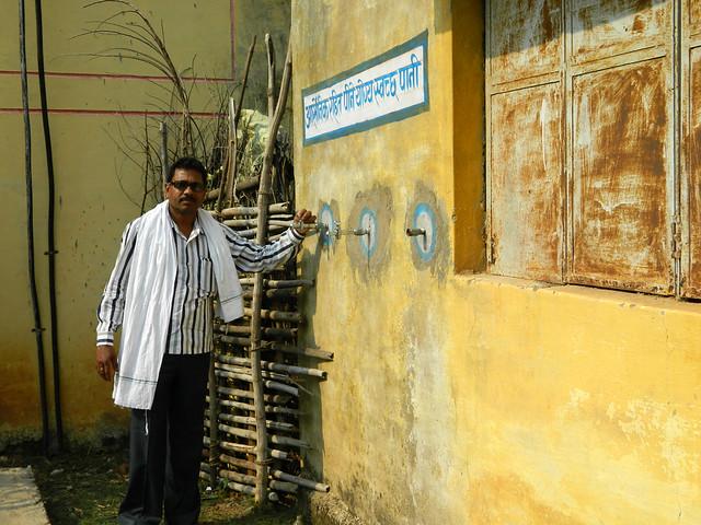 पीएचई द्वारा लगाए गए करोड़ों का संयंत्र को दिखाते हुए जिससे आज गाँव वालों ने साफ पानी निकलते हुए नहीं देखा