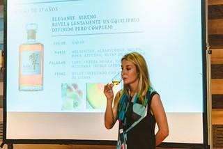 Amagoia Eizaguirre explica las cualidades del whisky Hibiki.