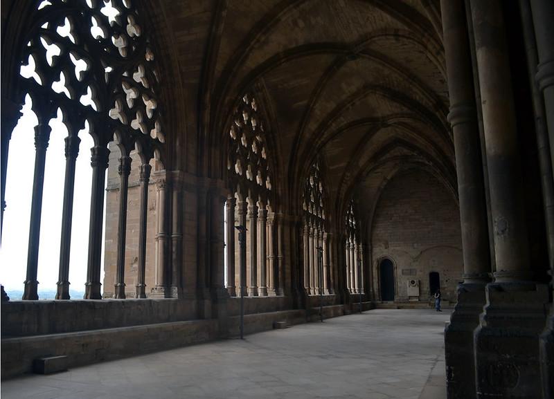 Un lado del claustro se abre al exterior proporcionando luminosidad al espacio.