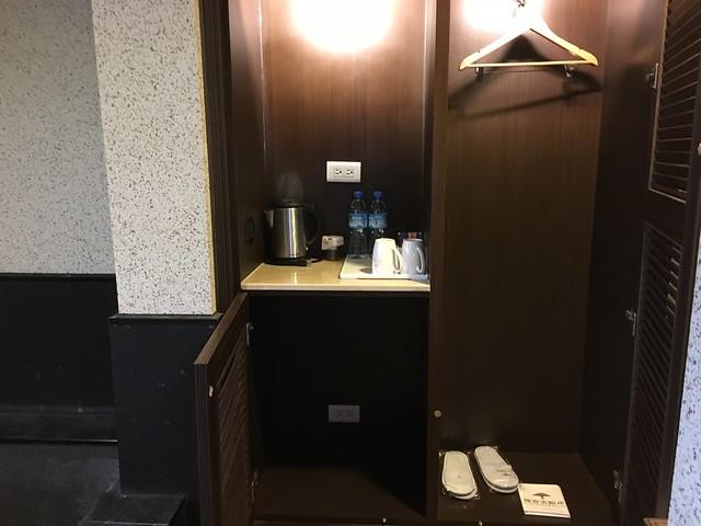 衣櫃裡有室內拖鞋,底下沒有冰箱@福容淡水紅樹林湯屋