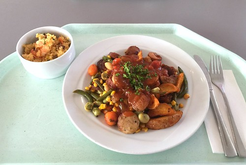 Western dish with fried sausages, mexican vegetables, country potatoes & mango chili chutney / Westernpfanne mit gebratenen Würstchen, mexikanischem Gemüse, Country Potatoes & Mango-Chili-Chutney