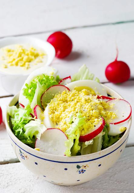 Весенний салат с яичной заправкой