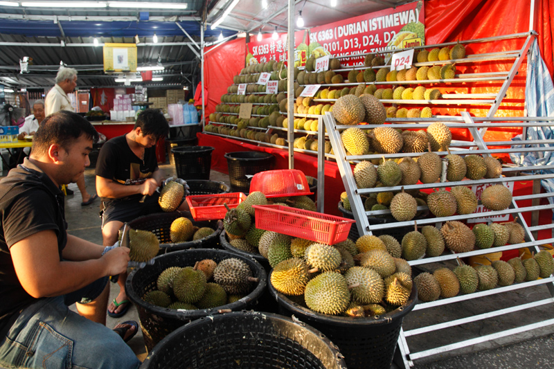 Opening Durian For Buffet