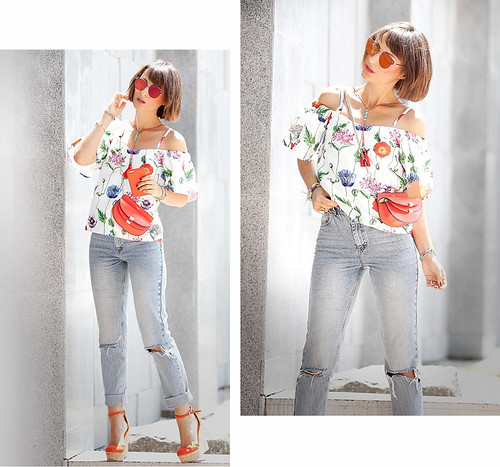 floral-printed-cold-shoulder-top-by-re-named_mom-jeans-outfit-for-summer