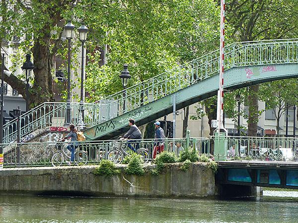 vélos sur un pont du canal
