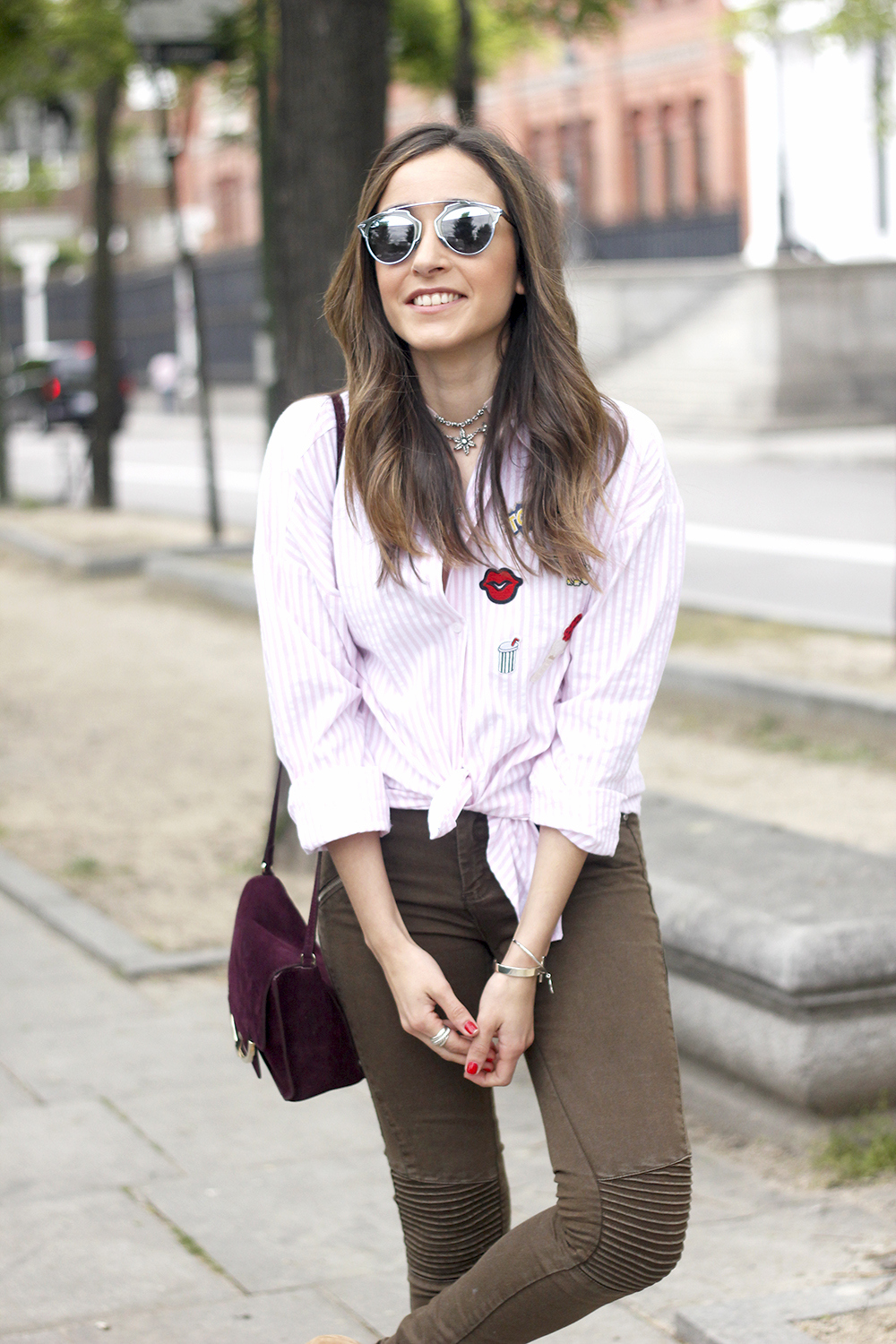shirt with patches khaki pants nude heels burgundy bag uterqüe accessories style fashion15