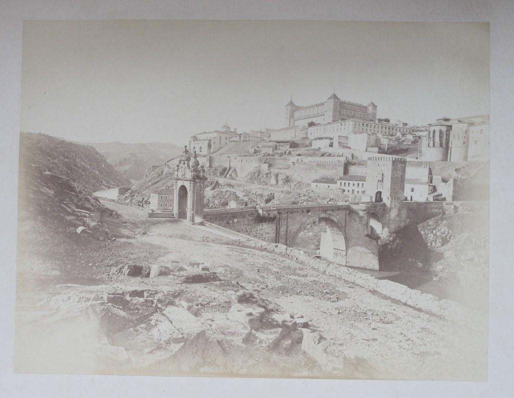 Puente de Alcántara de Toledo hacia 1880. Fotografía de Léon Lemuet.