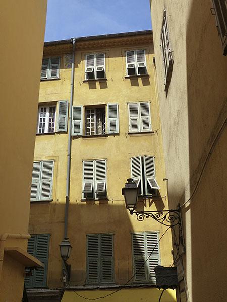 façade jaune et persiennes à Nice