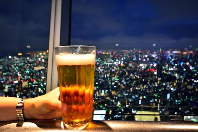 スカイツリー展望台でビールを飲んでいる写真