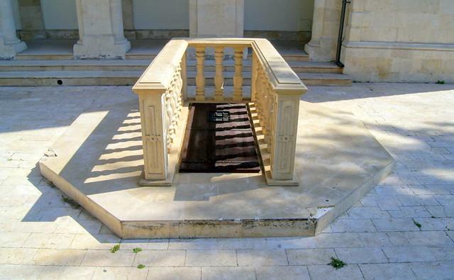 Таинственная дверь на территории собора Айя-Напа, Лимассол, Кипр