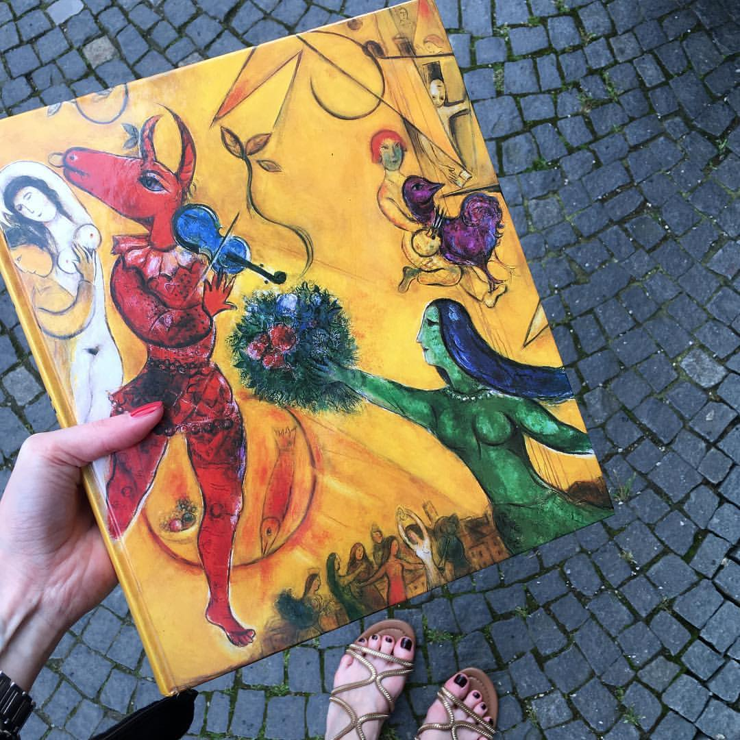 Ein echtes Schnäppchen // Вчера в студенческом районе Мю проходили дворовые блошиные рынки, и вот этот альбом Шагала теперь мой. Аж за целых четыре евро:-)