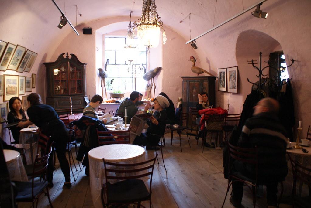Ambiance cracovienne dans le Café Camelot de la vieille ville.