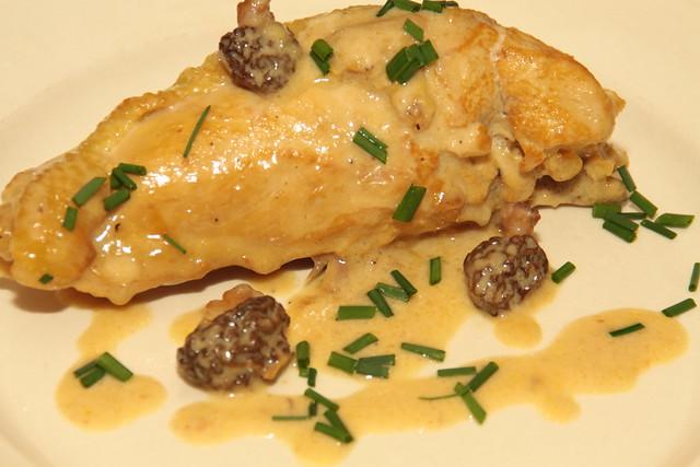 Gestofde kip met saus van morieljes en vin de paille...